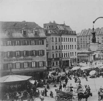 »I experienced all these sacred and military ›spectacles‹ throughout my youth. They were also an overture to the world of theatre whose curtains gradually began to part.«[5] (Viktualienmarkt München 1899)