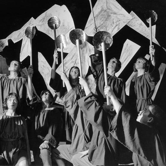 (Children in the snow, Stage photo of performance at Theodor-Heuss grammar school in Ludwigshafen 1965)