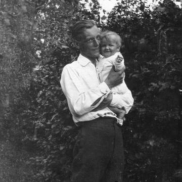(Carl Orff 1921 with his daughter Godela)