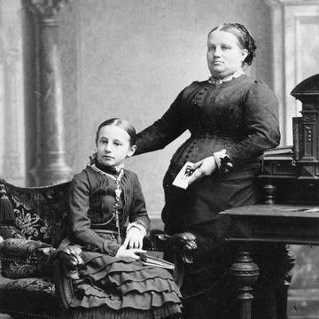 »My only memories of my grandmother were her afflictions. She had a serious heart condition and mostly sat in her large fauteuil.« [5] (Marie Koestler with her daughter Paula, around 1879)
