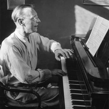 »And only his music, linguistic artistry and the educational dimension of a music born out of the spirit of language and a language born out of the spirit of music would lead the way towards the perception of his creative work.«[5] (Carl Orff in his study, Maillingerstraße 16, Munich 1936), Photo: Otto Moll