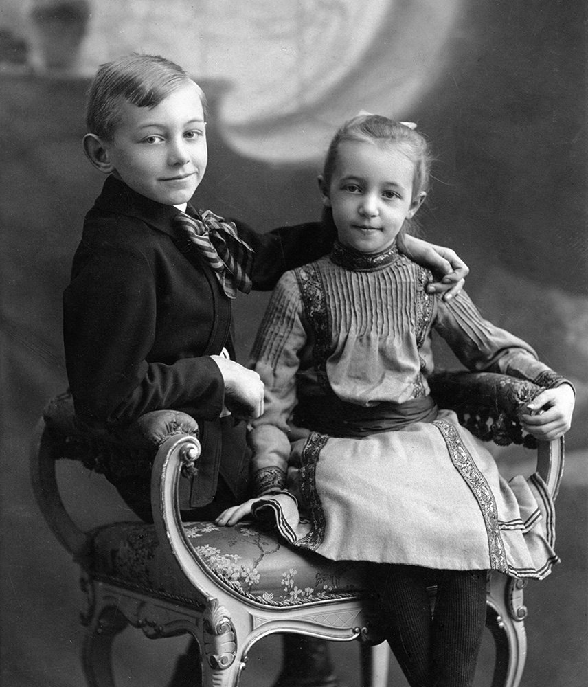 »I got on particularly well with my sister who was three years younger. Affectionate and convinced of the ›superiority‹ of her big brother, she was always willing to join in, whether it was playing theatre, music-making or other pastimes.«[[1] (Mia and Carl Orff 1903)